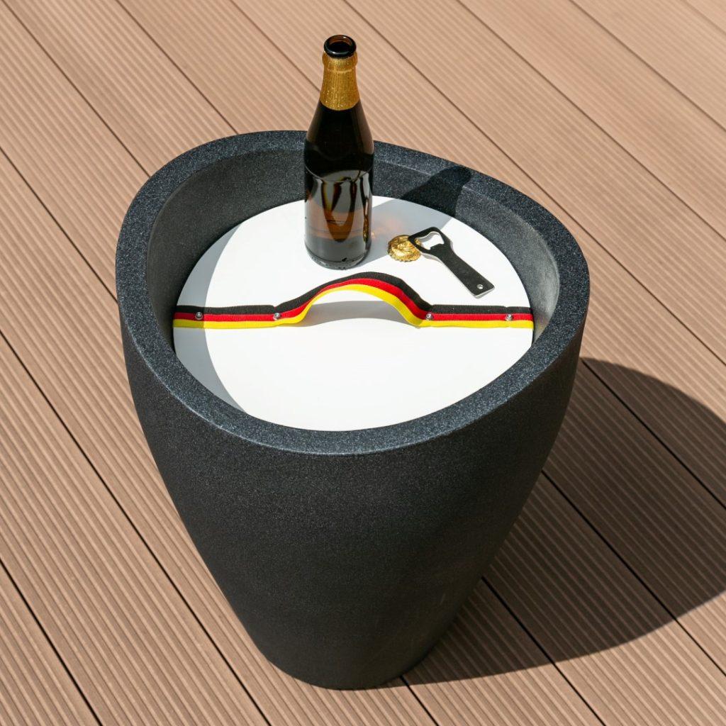 Wave Globe High Getränkekühler-Beistelltisch geschlossen mit Flasche drauf